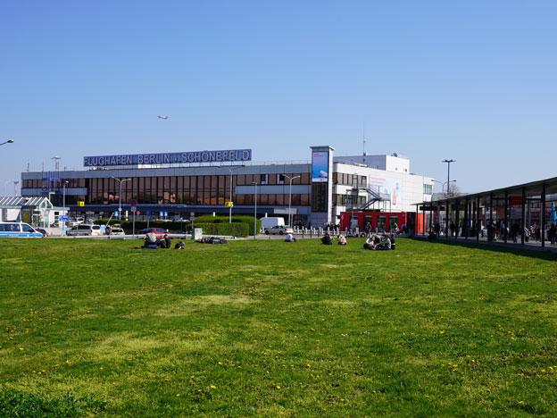 Blick auf das Terminal D (l) und das Terminal A am Flughafen in Schönefeld.